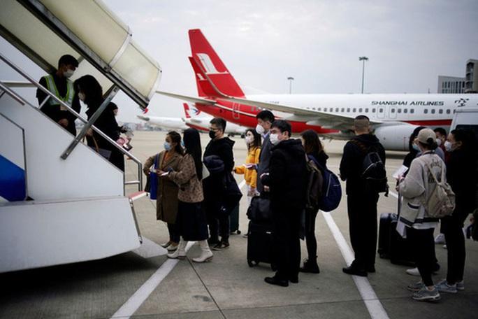Sinh viên Trung Quốc chạy trốn virus khỏi Mỹ phải trả 20.000 USD / vé máy bay - Ảnh 1.
