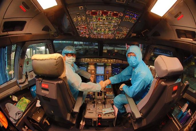 Từ vùng dịch nước ngoài về, hành khách vừa xuống máy bay liền được phun khử trùng toàn thân - Ảnh 2.