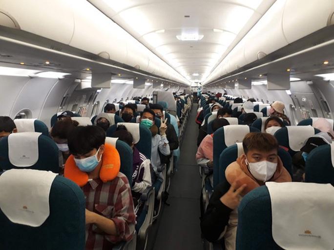 Từ vùng dịch nước ngoài về, hành khách vừa xuống máy bay liền được phun khử trùng toàn thân - Ảnh 4.