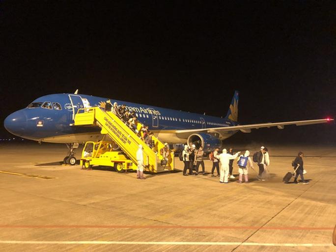 Từ vùng dịch nước ngoài về, hành khách vừa xuống máy bay liền được phun khử trùng toàn thân - Ảnh 6.