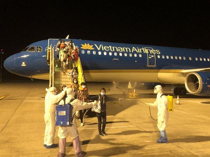 Từ vùng dịch nước ngoài về, hành khách vừa xuống máy bay liền được phun khử trùng toàn thân - Ảnh 7.