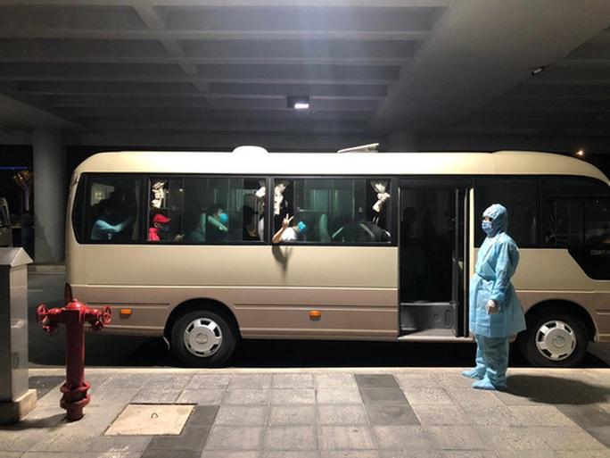 Từ vùng dịch nước ngoài về, hành khách vừa xuống máy bay liền được phun khử trùng toàn thân - Ảnh 8.