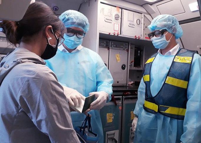 Từ vùng dịch nước ngoài về, hành khách vừa xuống máy bay liền được phun khử trùng toàn thân - Ảnh 5.