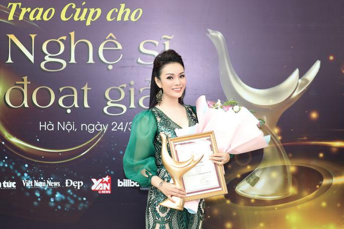 Hoàng Thùy Linh thắng poker tại giải Cống hiến - Ảnh 2.