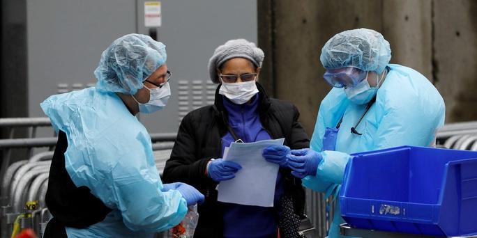 Tình trạng hỗn loạn gia tăng trong các bệnh viện ở New York - Ảnh 1.