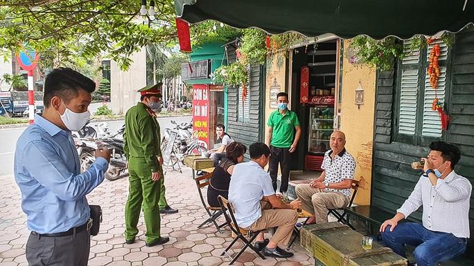 Công an tất bật đi yêu cầu các quán cà phê đóng cửa - Ảnh 1.