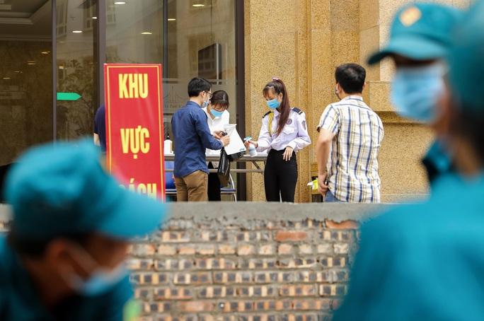 CLIP: Cận cảnh toà nhà Tân Hoàng Minh có ca bệnh Covid-19 bị cách ly - Ảnh 4.