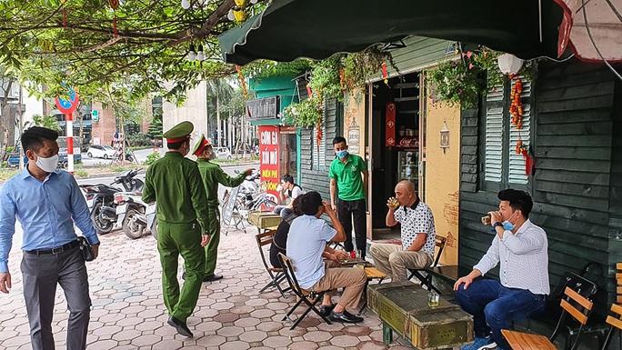 Công an tất bật đi yêu cầu các quán cà phê đóng cửa - Ảnh 2.