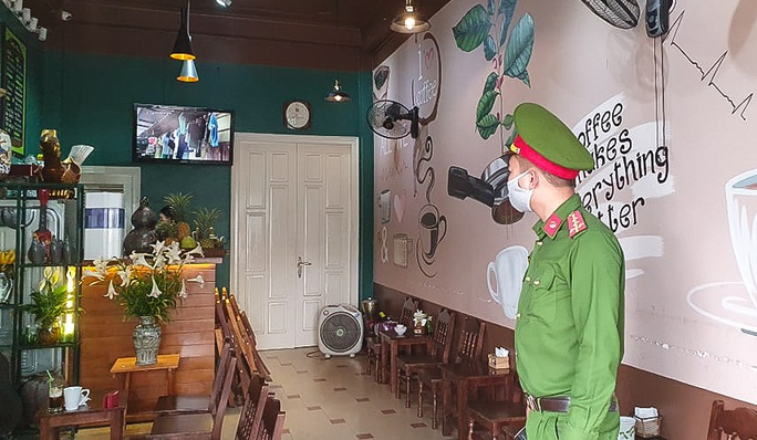 Công an tất bật đi yêu cầu các quán cà phê đóng cửa - Ảnh 3.