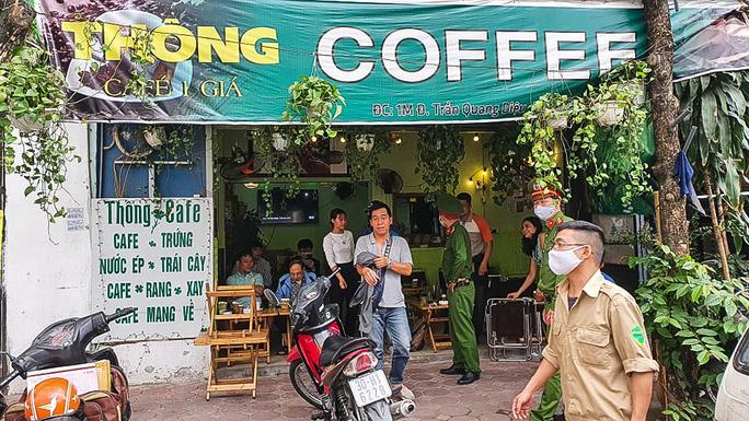 Công an tất bật đi yêu cầu các quán cà phê đóng cửa - Ảnh 4.