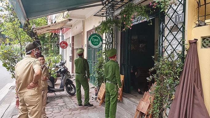 Công an tất bật đi yêu cầu các quán cà phê đóng cửa - Ảnh 6.