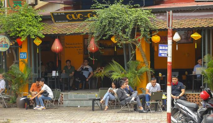 Công an tất bật đi yêu cầu các quán cà phê đóng cửa - Ảnh 7.