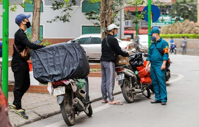 CLIP: Cận cảnh toà nhà Tân Hoàng Minh có ca bệnh Covid-19 bị cách ly - Ảnh 9.