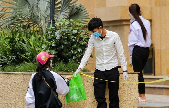 CLIP: Cận cảnh toà nhà Tân Hoàng Minh có ca bệnh Covid-19 bị cách ly - Ảnh 10.