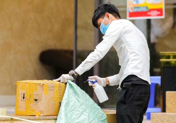 CLIP: Cận cảnh toà nhà Tân Hoàng Minh có ca bệnh Covid-19 bị cách ly - Ảnh 12.