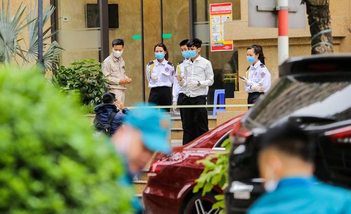 CLIP: Cận cảnh toà nhà Tân Hoàng Minh có ca bệnh Covid-19 bị cách ly - Ảnh 14.