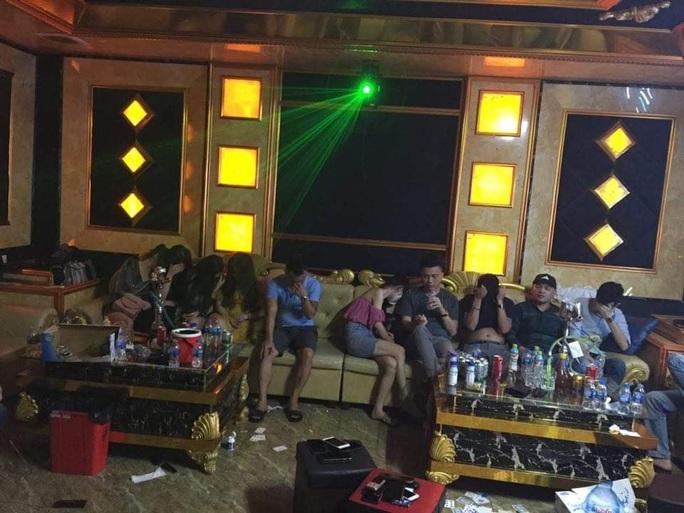 73 nam thanh, nữ tú bay, lắc trong quán karaoke bên ngoài treo biển đóng cửa - Ảnh 1.