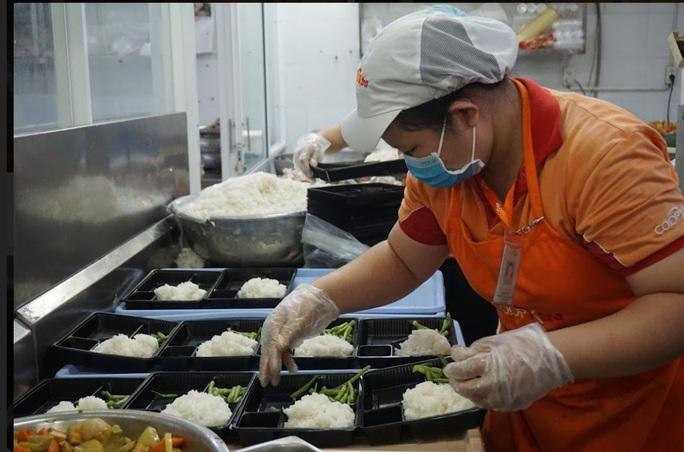 Số người cách ly tăng cao, Saigon Co.op phục vụ đến 30.000 suất ăn mỗi ngày - Ảnh 1.