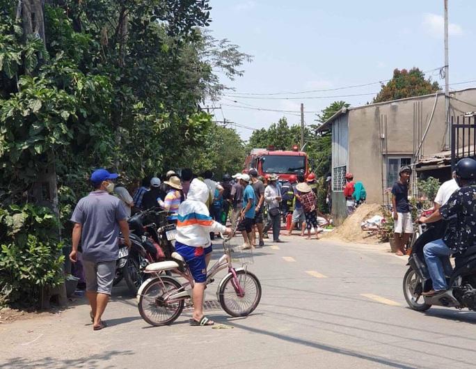 TP HCM: Thanh niên nghi ngáo đá lao ra đường cướp tài sản rồi về nhà cố thủ - Ảnh 1.