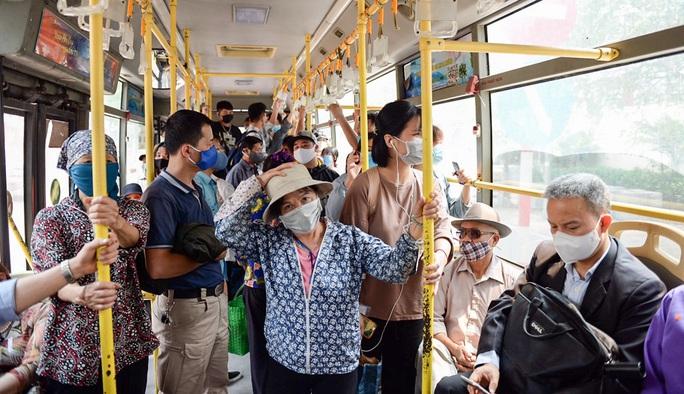 Xe buýt Hà Nội đông khách trong ngày đầu giảm 80% công suất hoạt động - Ảnh 1.