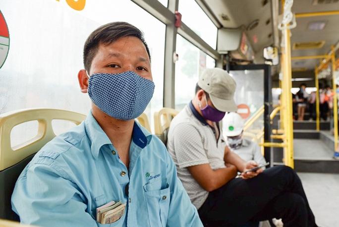 Xe buýt Hà Nội đông khách trong ngày đầu giảm 80% công suất hoạt động - Ảnh 2.