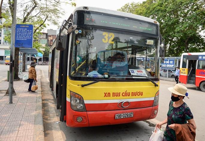 Xe buýt Hà Nội đông khách trong ngày đầu giảm 80% công suất hoạt động - Ảnh 6.