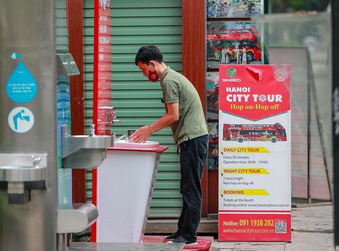 CLIP: Trạm rửa tay dã chiến nhộn nhịp trong mùa dịch Covid-19 - Ảnh 7.