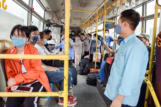 Xe buýt Hà Nội đông khách trong ngày đầu giảm 80% công suất hoạt động - Ảnh 5.