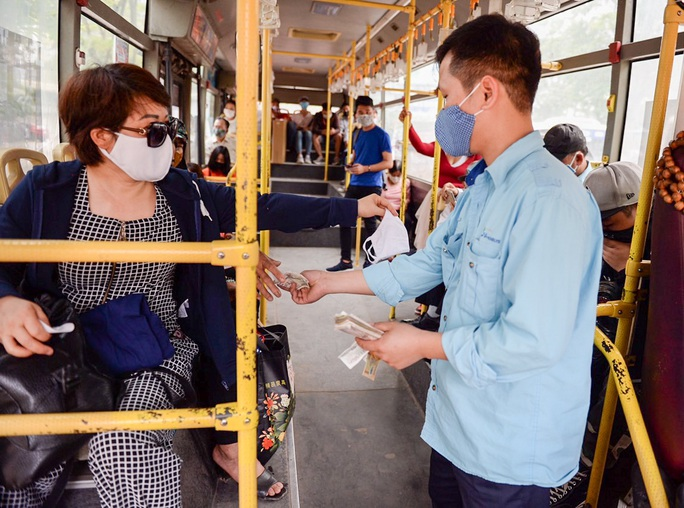 Xe buýt Hà Nội đông khách trong ngày đầu giảm 80% công suất hoạt động - Ảnh 4.