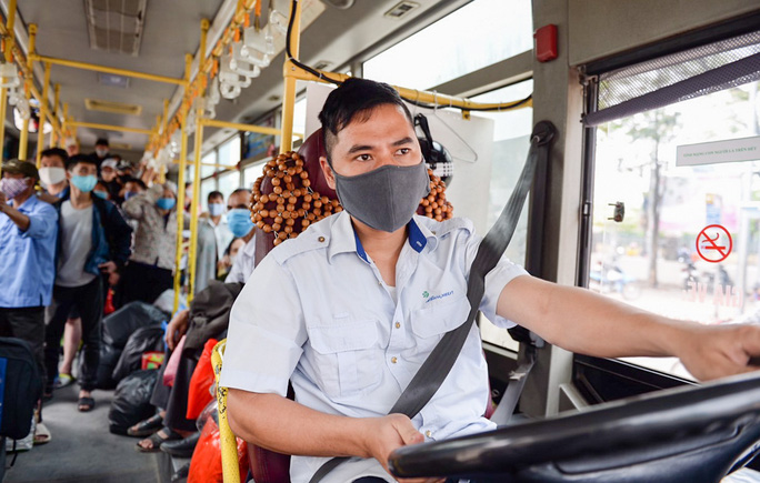 Xe buýt Hà Nội đông khách trong ngày đầu giảm 80% công suất hoạt động - Ảnh 8.