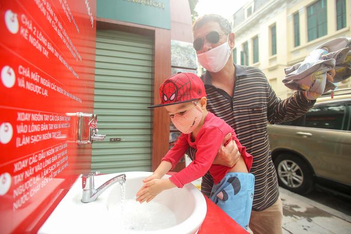 CLIP: Trạm rửa tay dã chiến nhộn nhịp trong mùa dịch Covid-19 - Ảnh 10.