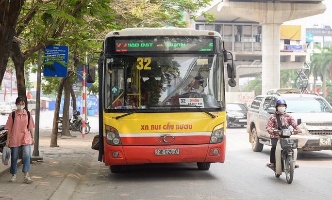 Xe buýt Hà Nội đông khách trong ngày đầu giảm 80% công suất hoạt động - Ảnh 9.