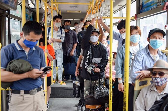 Xe buýt Hà Nội đông khách trong ngày đầu giảm 80% công suất hoạt động - Ảnh 7.