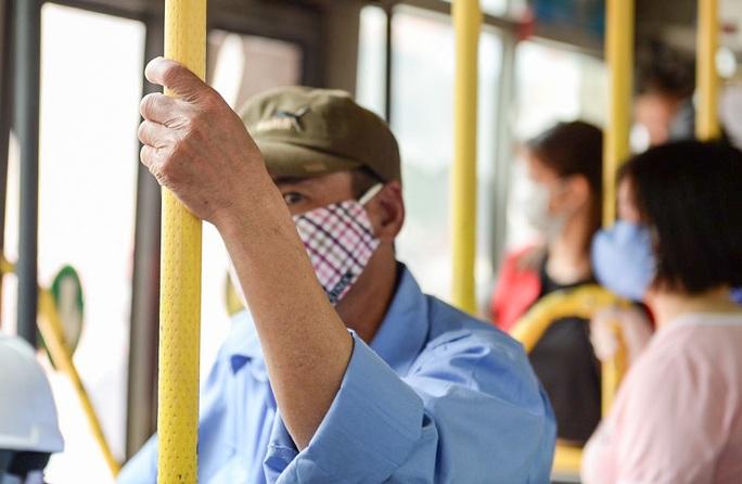 Xe buýt Hà Nội đông khách trong ngày đầu giảm 80% công suất hoạt động - Ảnh 11.