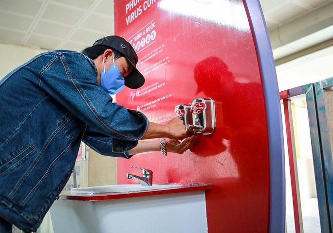 CLIP: Trạm rửa tay dã chiến nhộn nhịp trong mùa dịch Covid-19 - Ảnh 12.
