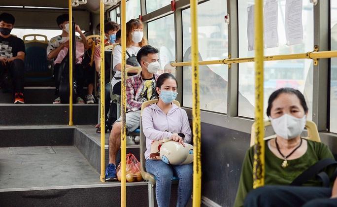 Xe buýt Hà Nội đông khách trong ngày đầu giảm 80% công suất hoạt động - Ảnh 12.