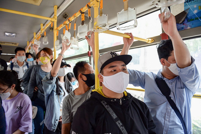 Xe buýt Hà Nội đông khách trong ngày đầu giảm 80% công suất hoạt động - Ảnh 13.