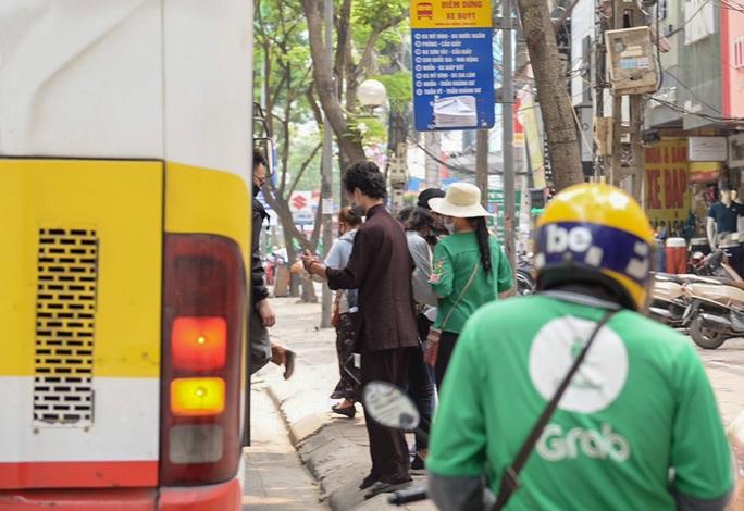 Xe buýt Hà Nội đông khách trong ngày đầu giảm 80% công suất hoạt động - Ảnh 14.