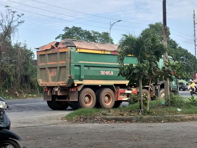 Hàng loạt xe hết hạn kiểm định, chở quá tải - Ảnh 2.