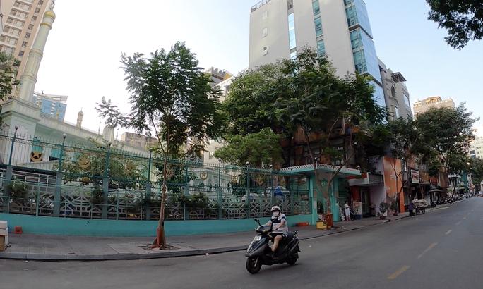 TP HCM đường phố vắng vẻ, ai cũng kín khẩu trang - Ảnh 7.