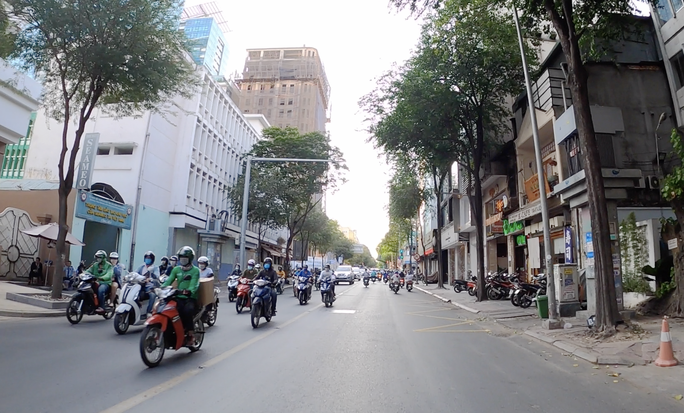TP HCM đường phố vắng vẻ, ai cũng kín khẩu trang - Ảnh 5.