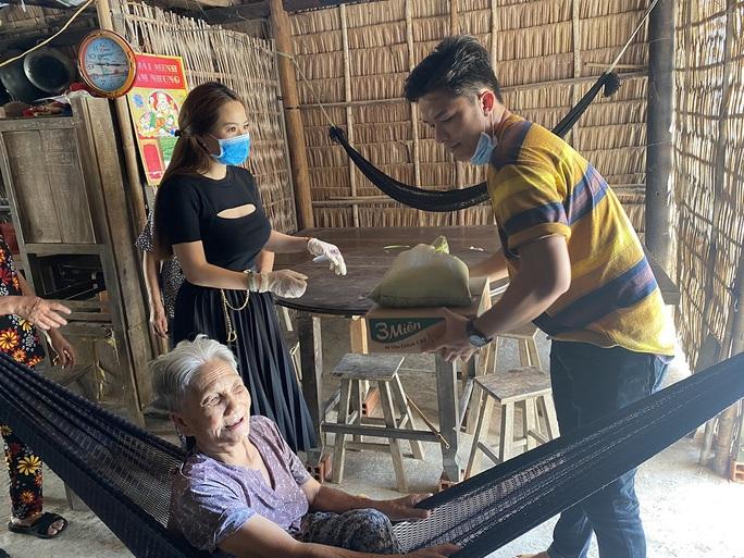 Con gái nuôi của danh hài Hoài Linh trao quà cho người dân vùng hạn mặn - Ảnh 6.