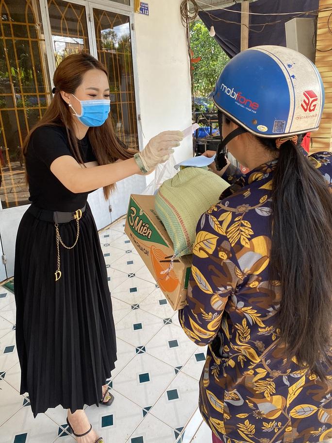 Con gái nuôi của danh hài Hoài Linh trao quà cho người dân vùng hạn mặn - Ảnh 2.