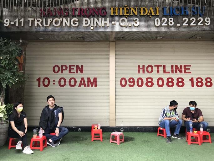 TP HCM: Hàng quán đồng loạt đóng cửa, người dân ngồi cách nhau 2m - Ảnh 8.