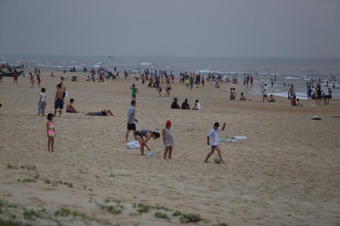 Cấm tụ tập nhưng cả ngàn người ở Quảng Nam vẫn kéo nhau tắm biển - Ảnh 4.
