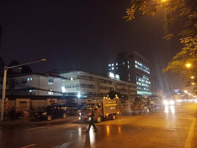 CLIP: Binh chủng Hóa học phun khử khuẩn ổ dịch Bệnh viện Bạch Mai - Ảnh 14.