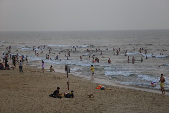 Cấm tụ tập nhưng cả ngàn người ở Quảng Nam vẫn kéo nhau tắm biển - Ảnh 3.