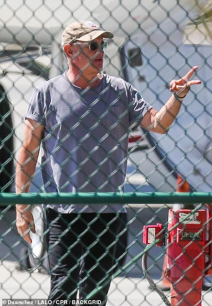 Vợ chồng Tom Hanks về Mỹ sau khi chiến thắng Covid-19 - Ảnh 2.