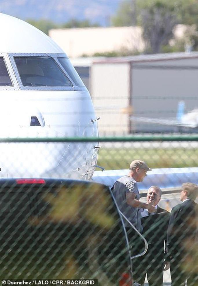 Vợ chồng Tom Hanks về Mỹ sau khi chiến thắng Covid-19 - Ảnh 1.