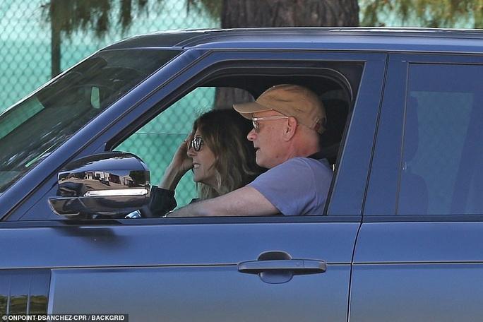 Vợ chồng Tom Hanks về Mỹ sau khi chiến thắng Covid-19 - Ảnh 3.